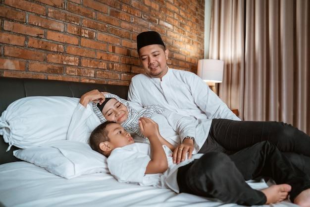 Moslimfamilie bidt op het bed