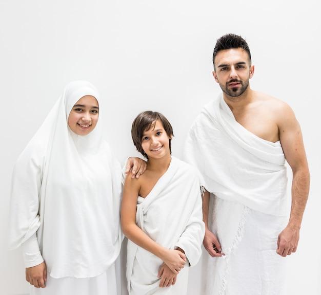 Moslimfamilie die als klaar voor hajj het bezoeken kaaba in mekka stelt