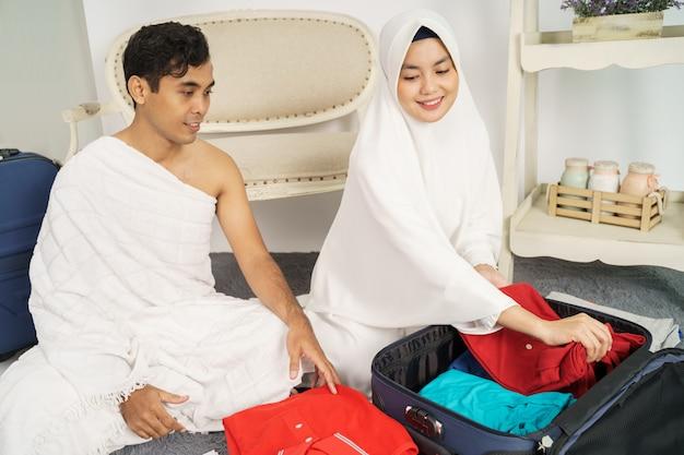 Moslimfamilie die bagage voorbereiden vóór hadj