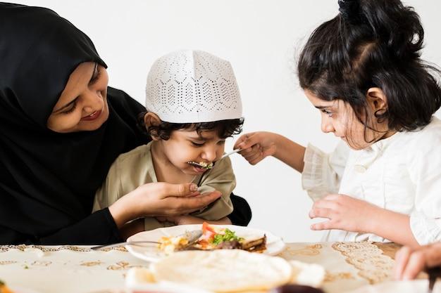 Moslimfamilie die een maaltijd heeft