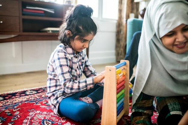 Moslimfamilie die en thuis ontspant speelt