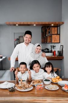 Moslimfamilie die het vasten verbreekt