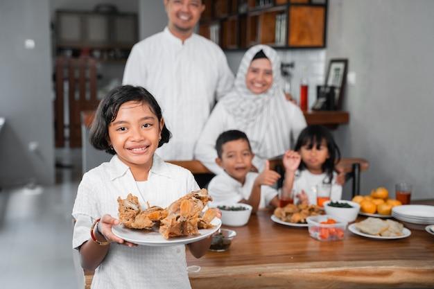 Moslimfamilie die iftar-diner heeft