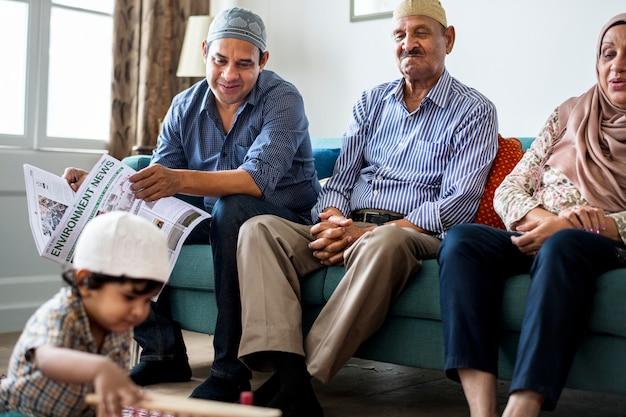 Moslimfamilie die in het huis ontspannen