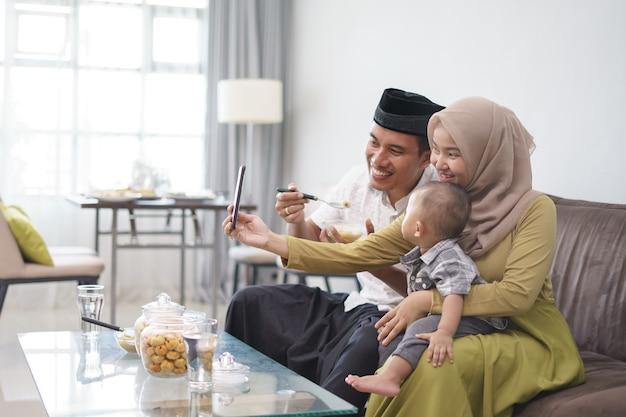 Moslimfamilie die selfie samen nemen