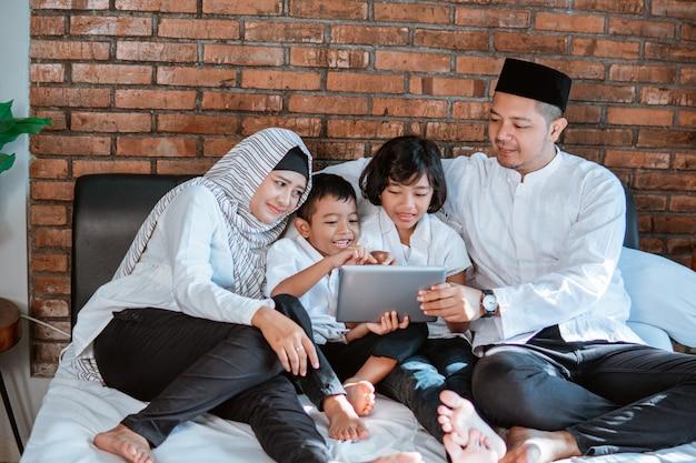 Moslimfamilie die tablet gebruiken