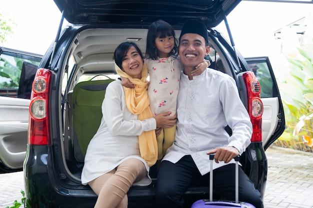 Moslimfamilie met koffer alvorens te reizen
