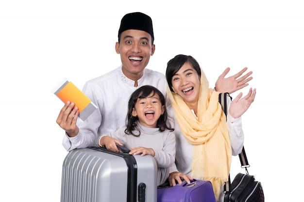 Moslimfamilie met koffer en paspoort het reizen