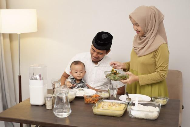 Moslimfamilie met peuterontbijt tijdens ramadan