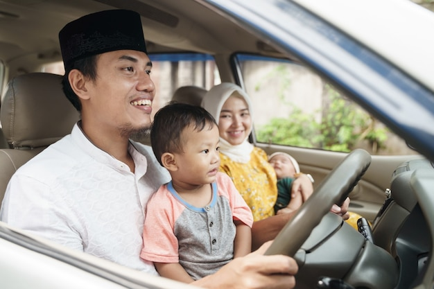 Moslimfamilie reist met de auto tijdens eid mubarak-viering