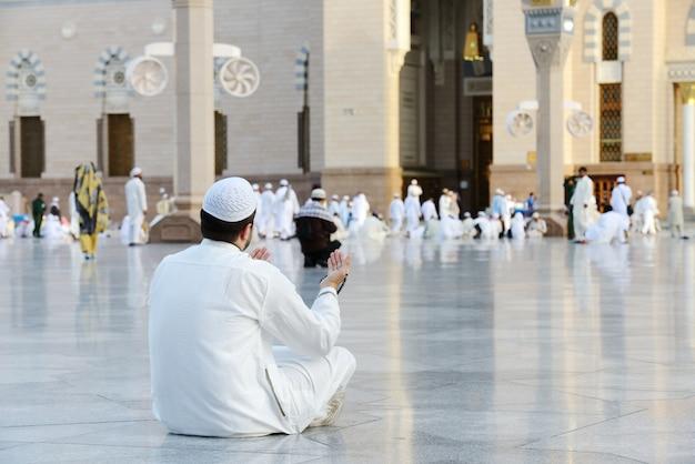 Moslimgebed in de heilige moskee