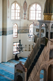 Moslimgelovige die binnen een moskee bidt