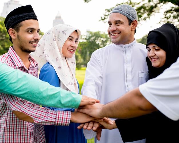 Moslimgroep vrienden die handen stapelen