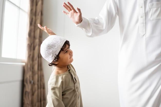 Moslimjongen die een high five geeft