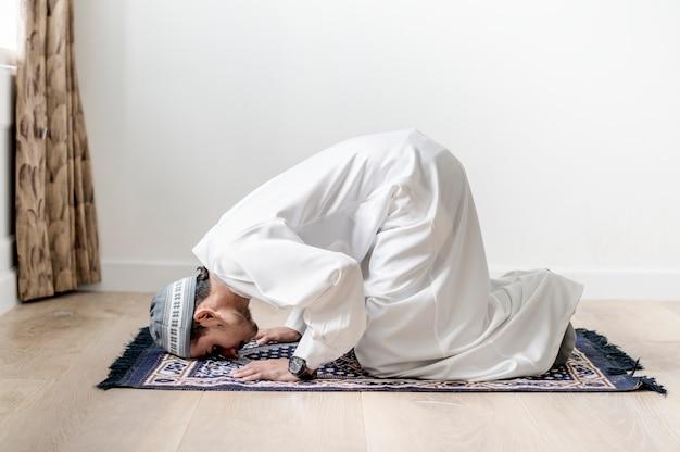 Moslimjongen die in sujud-houding bidden