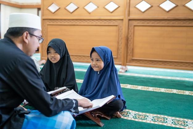 Moslimjongen leren koran te lezen