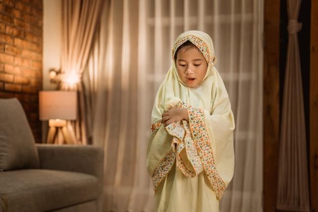 Moslimkind dat alleen bidt