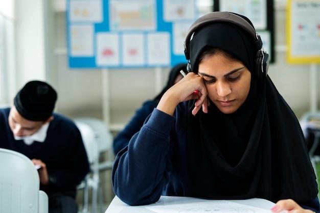 Moslimkinderen die in klaslokaal bestuderen