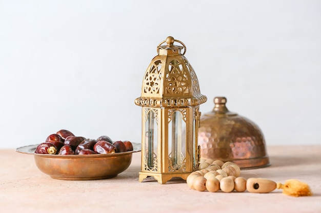 Moslimlamp en tasbih met dadels op houten tafel