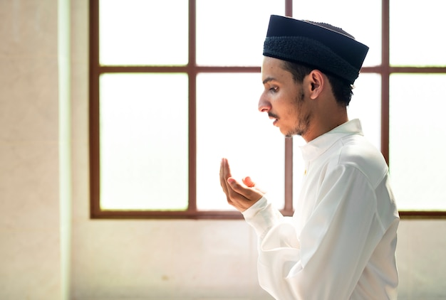 Moslimman die dua aan allah maakt