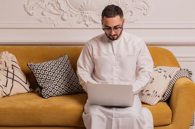 Moslimman in hijab. portret van een jonge arabische man in traditionele kleding. hoge kwaliteit foto