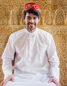 Moslimman voor gouden muur