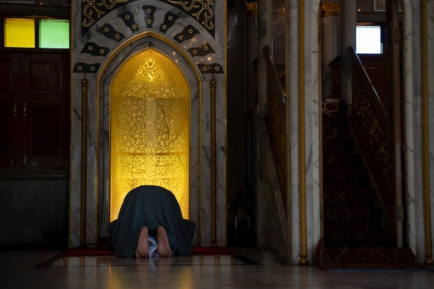 Moslimmannen bidden in een moskee in de provincie phra nakhon si ayutthaya, thailand.