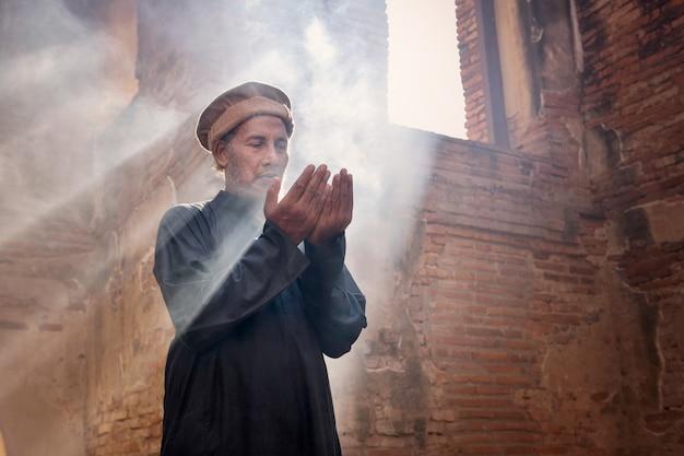 Moslimmannen bidden in een oude moskee in ayutthaya, thailand
