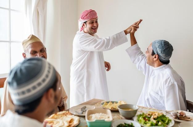 Moslimmannen die een high five maken