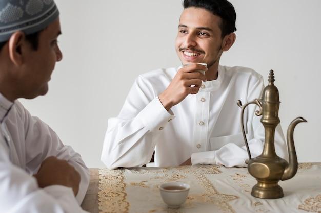 Moslimmannen die een kop thee hebben