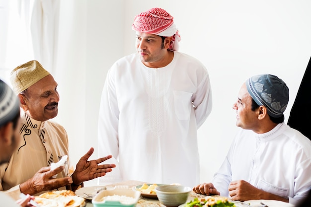 Moslimmannen die een maaltijd gebruiken