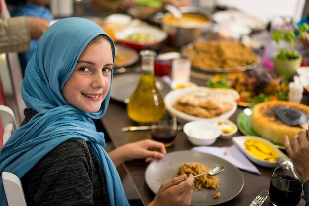 Moslimmeisje die diner hebben thuis met haar familie