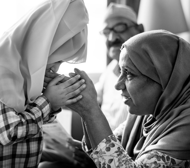 Moslimmeisje die eerbied aan moeder betalen