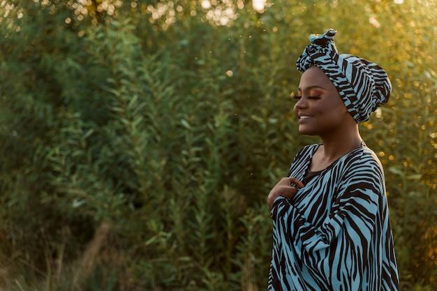 Moslimmeisje in trendy traditionele kleding die linkerkant kijkt