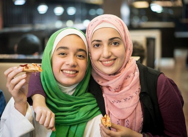 Moslimmeisjes in restaurant wachten op iftar