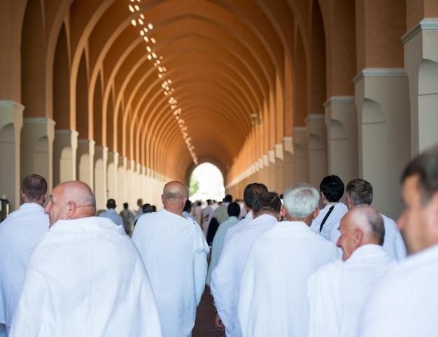 Moslimmens die van zijn bezoek aan heilige moskee geniet