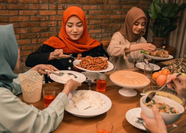 Moslimmensen die samen eten vasten