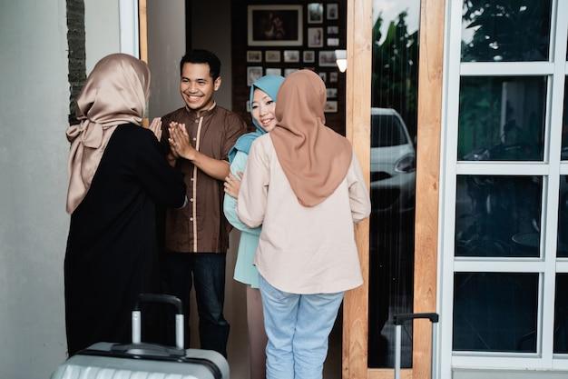 Moslimmensen die vrienden en familie bezoeken op eid mubarak