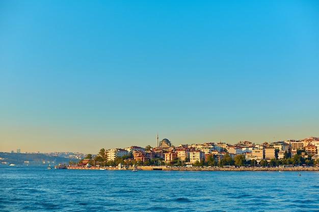 Moslimmoskee in turkije. uitzicht vanaf de bosporus