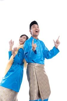 Moslimpaar dat copyspace-idee op studiofoto opzoekt