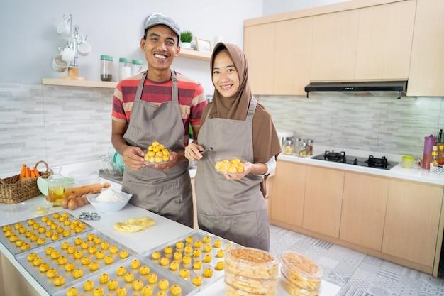 Moslimpaar die nastar-snackcake samen in de keuken maken tijdens ramadan