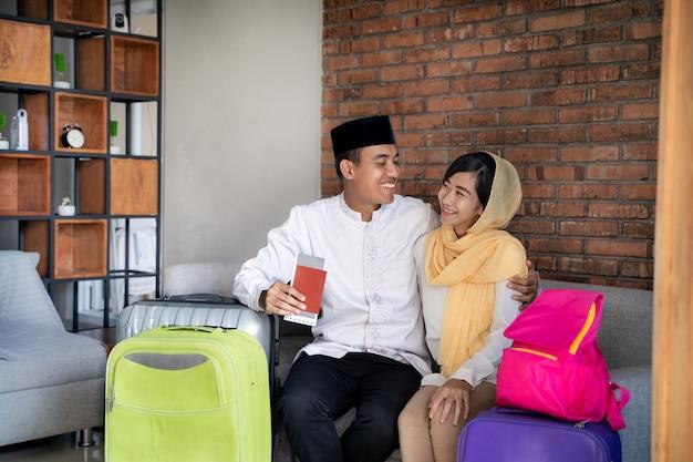 Moslimpaar reizend concept thuis