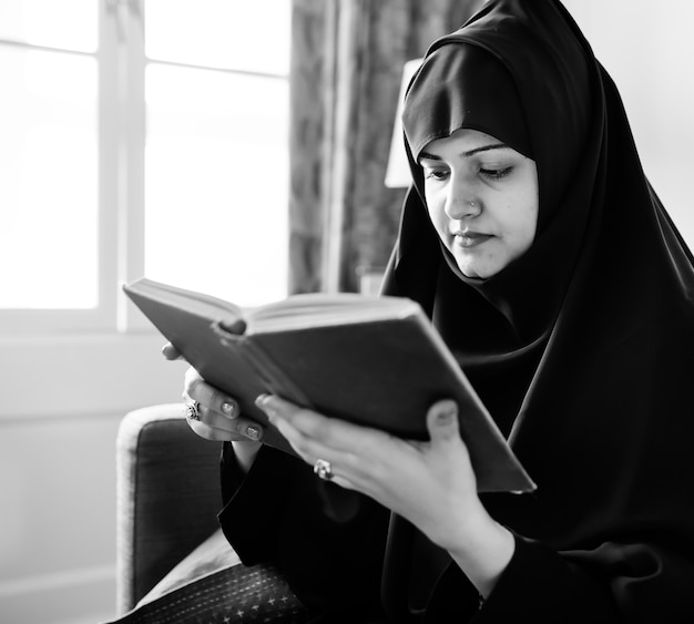 Moslims die lezen van de koran