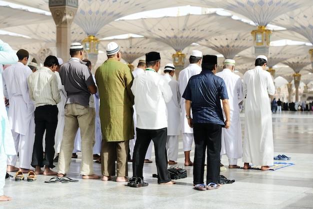 Moslims die samen bidden in de heilige moskee