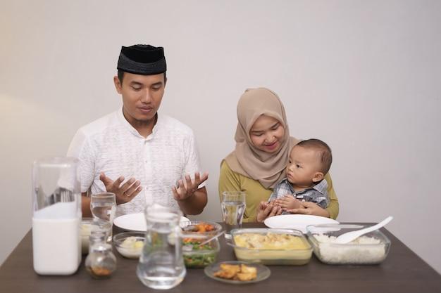 Moslims eten hun arm open en bidden tot god