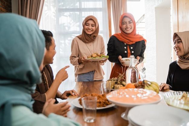 Moslims hebben samen wat te eten