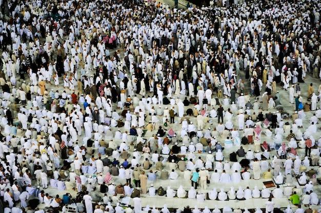 Moslims van over de hele wereld bidden in de kaaba in mekka, saoedi-arabië