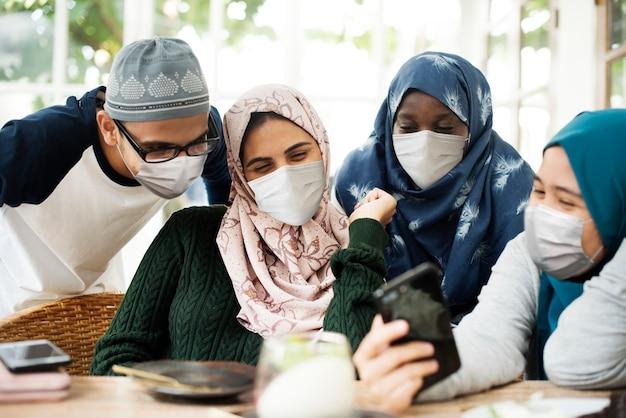 Moslimstudenten die maskers dragen, hangen rond in het nieuwe normaal
