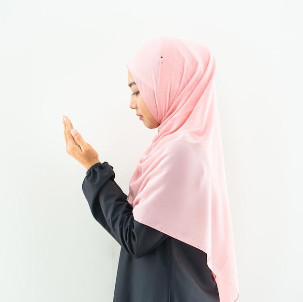 Moslimvrouw bidden in hijab
