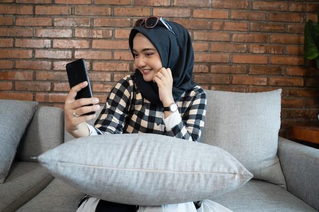 Moslimvrouw bij telefonische vergadering